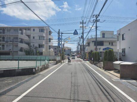 西側道路(外観)