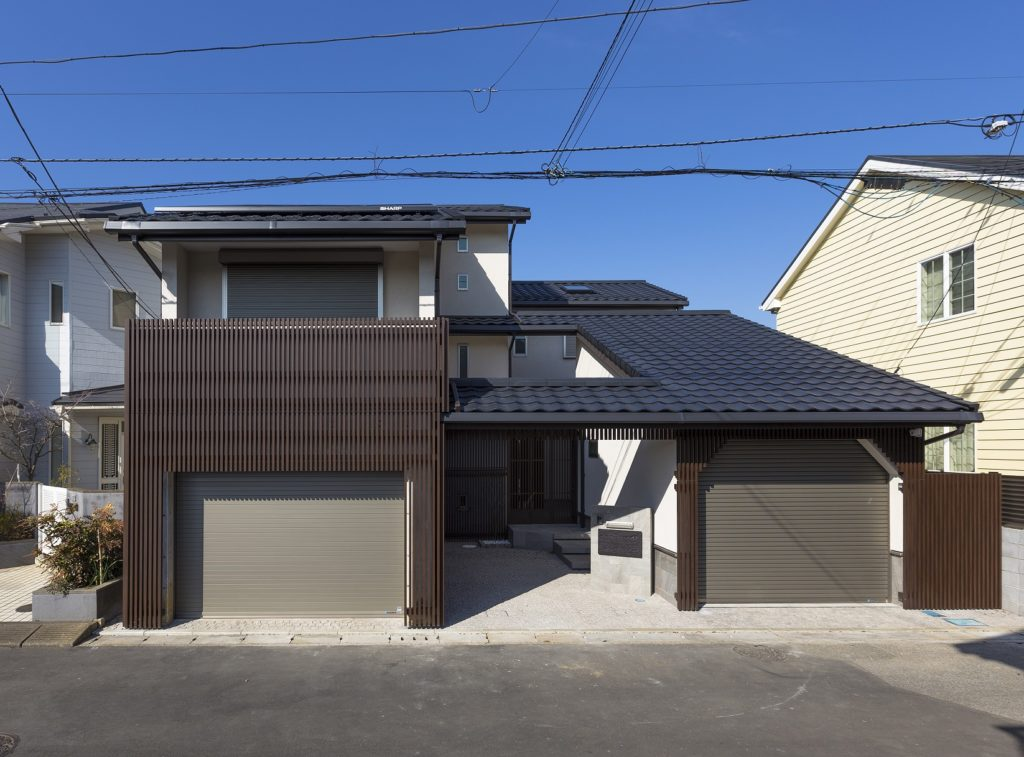 道路面より大屋根を望む『大屋根の家』