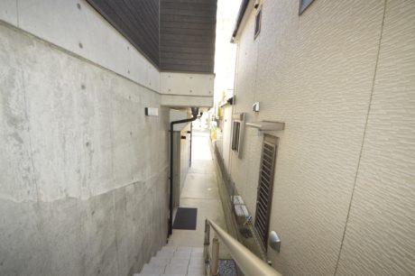 アトリエより住居に上る階段(外観)